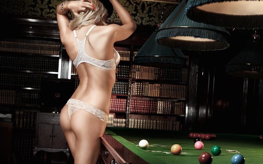 голые играют биллиард
