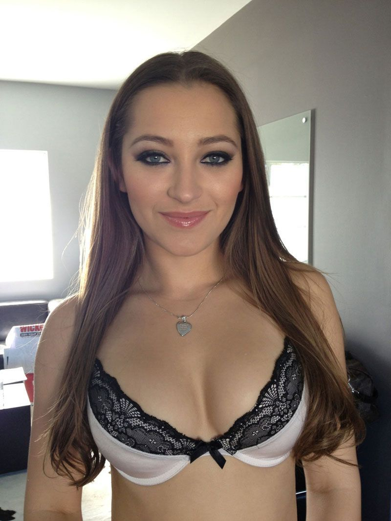 Leg model Dani Daniels gets a little help in trimming her all natural pussy № 632026  скачать