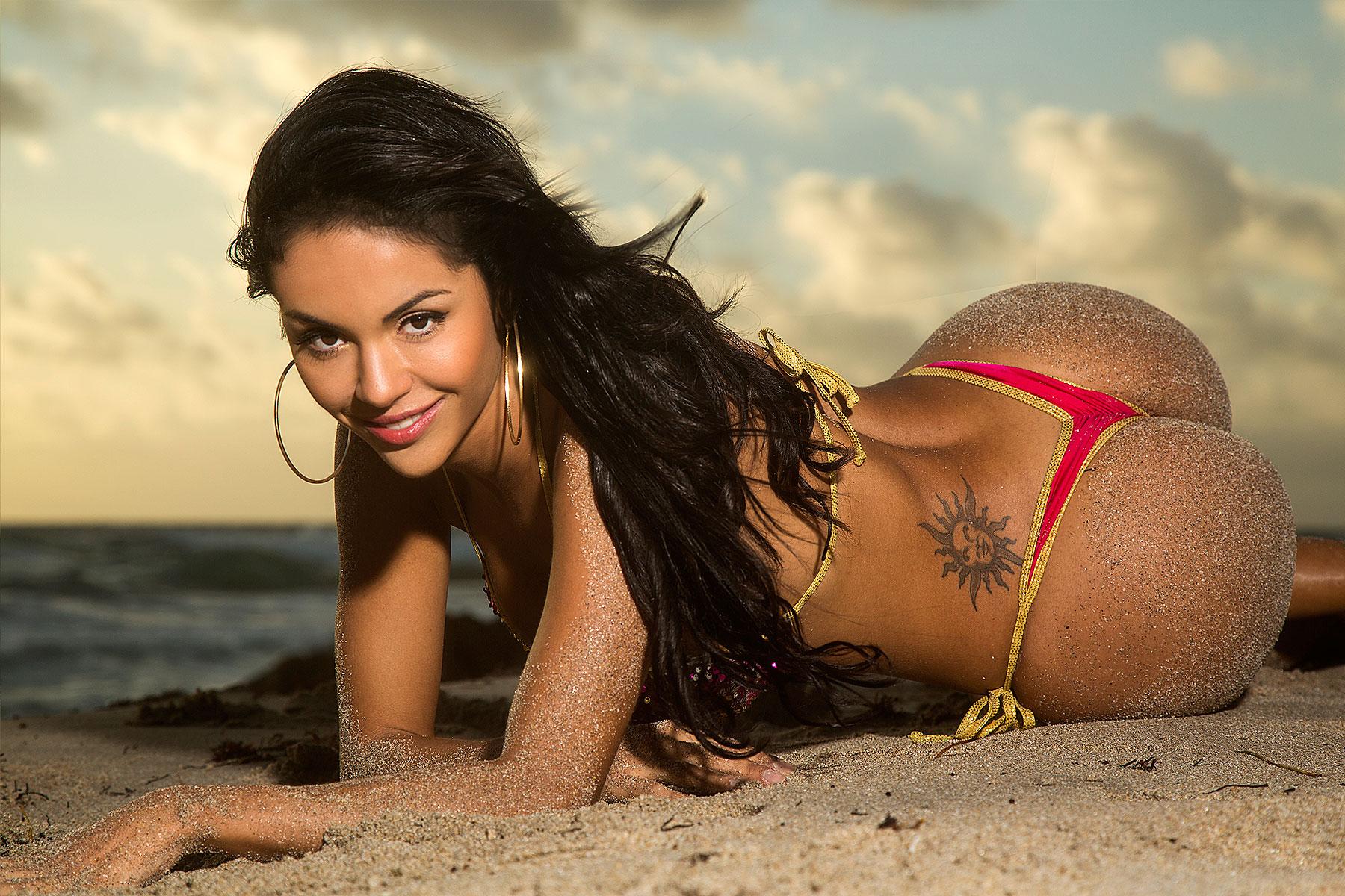 Бразильянки в бикини зажигают