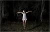gece 4 te sokakta ip atlayan beyaz elbiseli kız