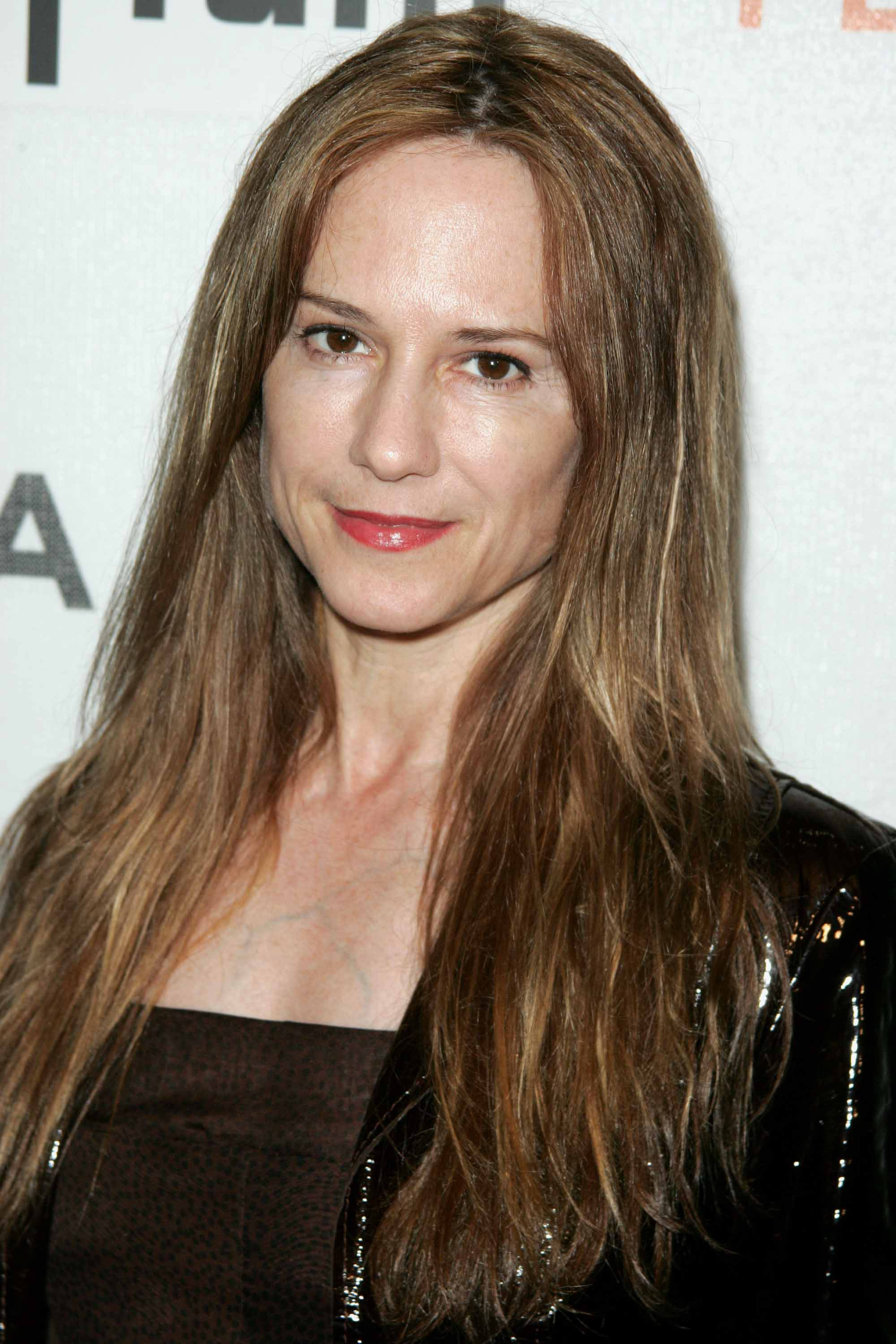The 58-year old daughter of father Charles Edwin Hunter and mother Opal Marguerite Catledge, 157 cm tall Holly Hunter in 2017 photo