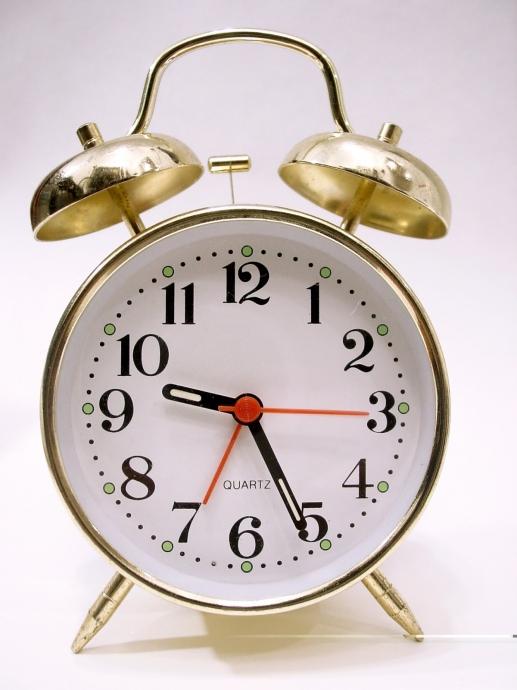 механические часы показывают 3 ч