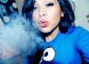 sigara içen kız