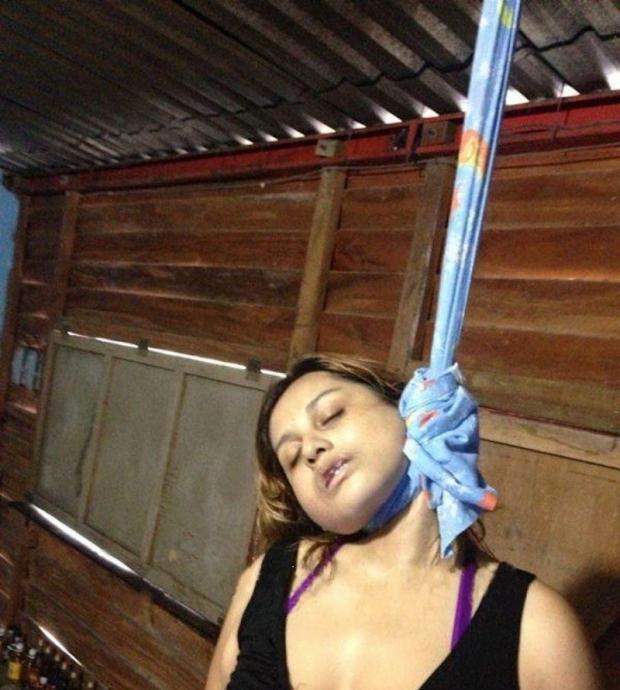 Голая женщина задрыгалась в петле