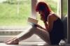 kitap okuyan kız